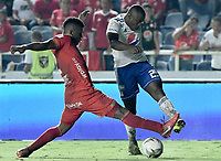 CALI - COLOMBIA, 21-04-2019: Marlon Torres del América disputa el balón con Eliser Quiñonez de Millonarios durante partido por la fecha 17 de la Liga Águila I 2019 entre América de Cali y Millonarios jugado en el estadio Pascual Guerrero de la ciudad de Cali. / Marlon Torres of America struggles the ball with Eliser Quiñonezof Millonarios during match for the date 17 as part of Aguila League I 2019 between America Cali and Millonarios played at Pascual Guerrero stadium in Cali. Photo: VizzorImage / Gabriel Aponte / Staff