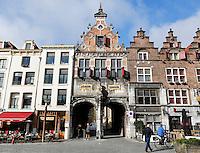Nederland Nijmegen 2016 02 25. Historische panden aan de Grote Markt. In het midden de poort naar het Stevenskerkhof.   Foto Berlinda van Dam / Hollandse Hoogte