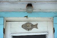 Les Bahamas /Ile d'Eleuthera/Harbour Island/Dunmore Town: détail de la plus ancienne Maison coloniale du front de mer du village - Détail du fronton de la porte d'entrée