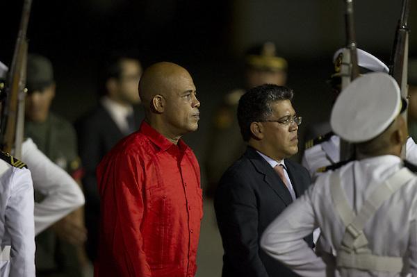 CAR25. CARACAS (VENEZUELA), 06/03/13 .- El presidente de Haití, Michel Martelly, a su llegada hoy, jueves 7 de marzo de 2013, a Caracas (Venezuela), para asistir al funeral del presidente venezolano, Hugo Chávez, fallecido el pasado martes tras 20 meses de batalla contra un cáncer que en buena parte libró en Cuba. EFE/BORIS VERGARA..