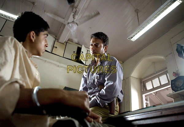 DEV PATEL & IRRFAN KHAN.in Slumdog Millionaire.*Filmstill - Editorial Use Only*.CAP/FB.Supplied by Capital Pictures.