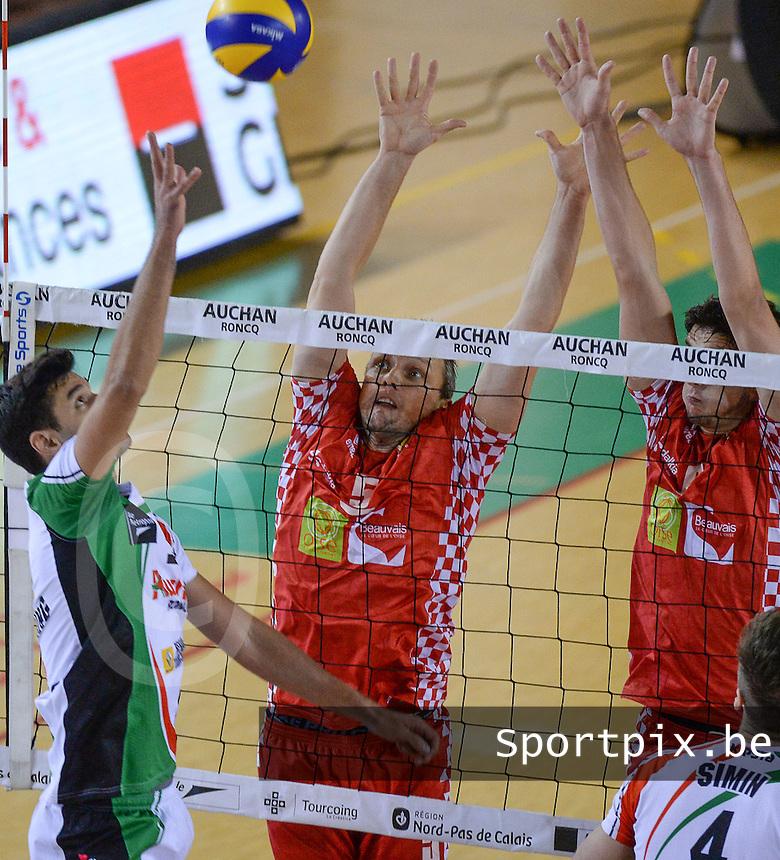 Beauvais Oise Universite Club Volley : Frank Depestele (midden) in het blok <br /> foto VDB / BART VANDENBROUCKE