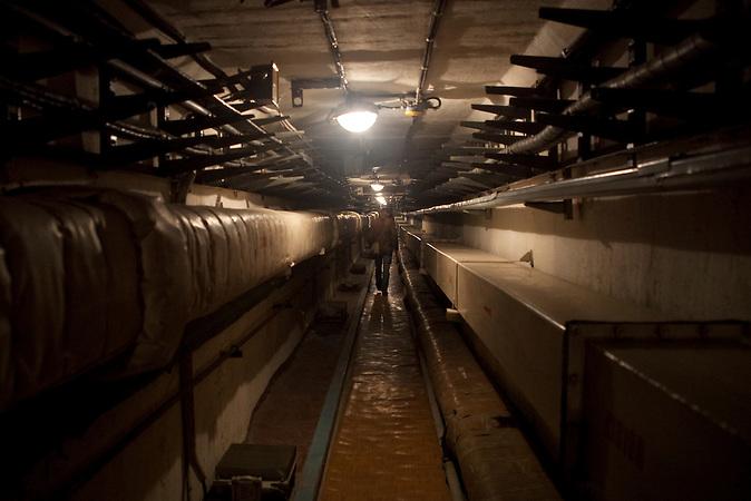 Tunnel zwischen den Gebäuden und den Raketenschächten / Underground tunnel between the buildings and shafts.