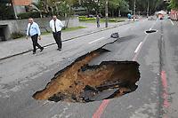 SAO PAULO, SP, 10-02-2013, SOLAPAMENTO. A Av Republica do LIbano proximo a Rua do Gama esta totalmente interditada apartir desse Domingo (10) devido a um grande solapamento, toda a terra que fica por baixo do asfasto foi levada pela agua das chuvas de ontem (9), ha riscos do aumento do buraco.   Luiz Guarnieri/ Brazil Photo Press.