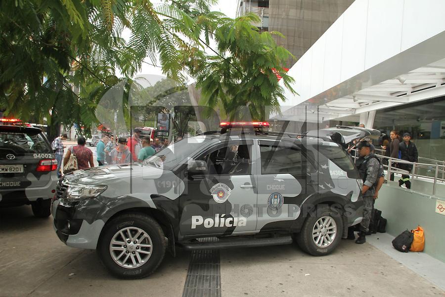 SAO PAULO, SP, 05.10.2015 - CRIME-SP - Gate desativa suposta bomba e interdita a Avenida Paulista região centro sul da cidade de São Paulo. A suposta bomba foi vista na Rua Leôncio de Carvalho, ao lado do Itaú Cultural. (Foto Amauri Nehn/Brazil Photo Press)
