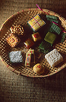 Asie/Vietnam/Hanoi: le marché détail assortiment de petits gateaux de riz gluant