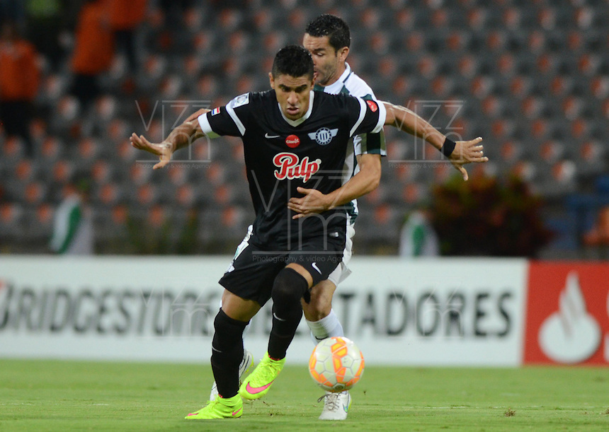 MEDELLÍN -COLOMBIA-21-04-2015. Francisco Najera (Der) jugador de Atlético Nacional de Colombia disputa el balon con Santiago Trellez  (Izq) de Libertad de Paraguay durante el partido por la fecha 6, fase 2, grupo 7, de la Copa Bridgestone Libertadores 2015 jugado en el estadio Atanasio Girardot de Medellín, Colombia./ Francisco Najera (R) player of Atletico Nacional of Colombia battles for the ball with Santiago Trellez  (L) of Libertad of Paraguay during match for the 6th date, phase 2, group 7, of the Copa Libertadores championship 2015 played at Atanasio Girardot stadium in Medellin, Colombia. Photo: VizzorImage/ Leon Monsalve / Cont