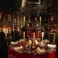This romantic dining room has portraits of turbaned sultans within 'verre eglomise' wall panels