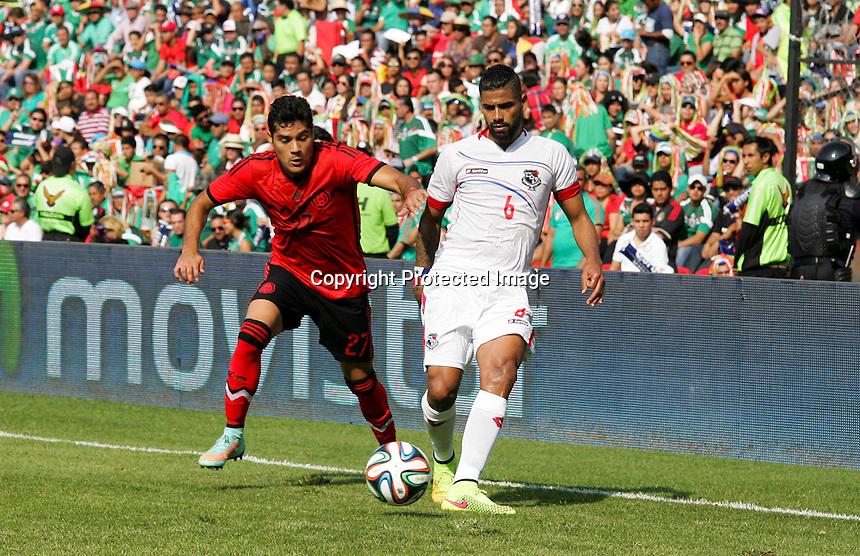 Quer&eacute;taro, Qro. 12 de Octubre de 2014.- Aspectos del partido de f&uacute;tbol entre los equipos de M&eacute;xico y Panam&aacute;, disputado en el Estadio La Corregidora de Quer&eacute;taro.<br /> <br /> En la imagen Javier Antonio Orozco disputa el bal&oacute;n con Gabriel G&oacute;mez.<br /> <br /> <br /> Foto: Demian Ch&aacute;vez.