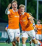 AMSTELVEEN -  Jasper Brinkman (Bldaal) heeft de stand op 0-1 gebracht tijdens de play-offs hoofdklasse  heren , Amsterdam-Bloemendaal (0-2). n links Floris Wortelboer (Bldaal)  COPYRIGHT KOEN SUYK