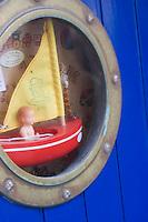 Europe/France/Bretagne/29/Finistère/Concarneau:Détail boutique  de brocante de la ville close -hublot avec  voilier  et petit mousse
