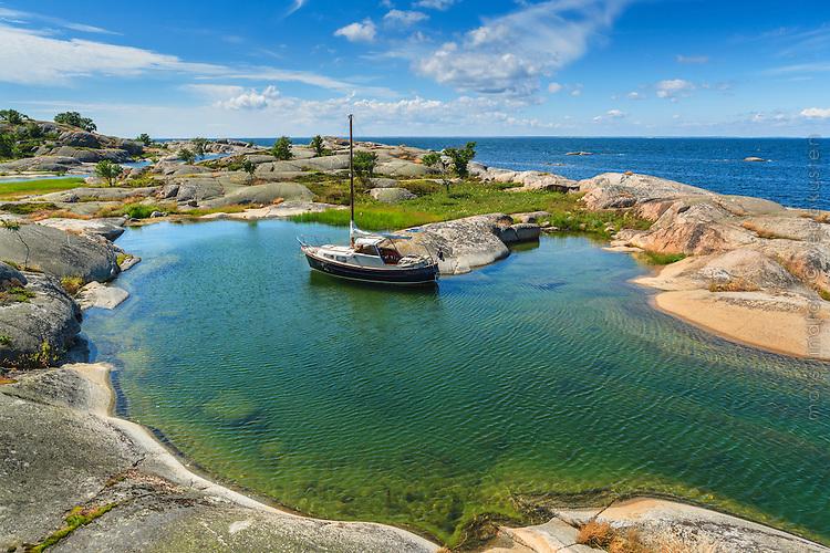 Båt i lagun på Stora-Nassa i Stockholms skärgård.