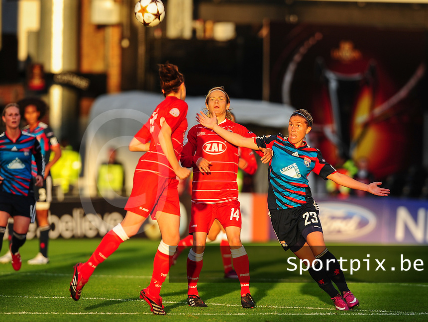 Uefa Women 's Champions League Final 2011 at Craven Cottage Fulham - London : Olympique Lyon - Turbine Potsdam : duel tussen Camille Abily (rechts) en Jennifer Zietz (c) .foto DAVID CATRY / JOKE VUYLSTEKE / Vrouwenteam.be.