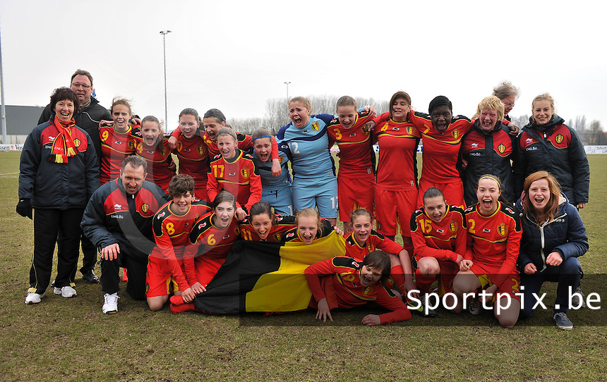 Belgie U17 Dames speelt gelijk tegen Wereldkampioen Duitsland en mag naar het EK in Zwitserland : vreugde bij de belgische ploeg na de wedstrijd.foto VDB / BART VANDENBROUCKE