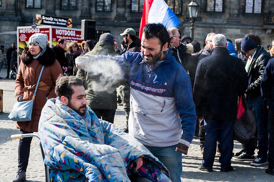 Nederland, Amsterdam, 20180318<br /> Demonstratie op de Dam in Amsterdam om steun te betuigen aan de bevolking van Oost Ghouta, Syrie, waar het leger van Assad de bevolking terroriseert met zware bombardementen. <br /> Op de Dam werd een tafereel neergezet dat toon hoe het de bevolking aldaar vergaat. <br /> <br /> Foto: (c) Michiel Wijnbergh