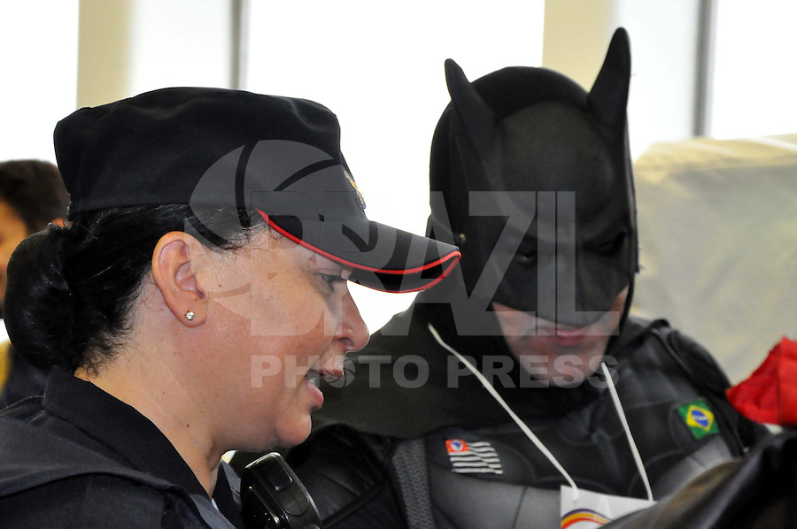 SAO PAULO, SP, 14.06.2014 - BATMAN VISITA CAMARA DOS VEREADORES DE SAO PAULO - O ativista que se veste com personagem Batman e seus amigos da Liga da Justica durante a  Conven&ccedil;&atilde;o Estadual do Partido Humanista da Solidariedade (PHS) a convite do Presid&ecirc;ncia da C&acirc;mara Municipal de <br /> S&atilde;o Paulo La&eacute;rcio Benko na Camara Municipal de Sao Paulo na regiao central da cidade neste sabado. (Foto: Kevin David - Brazil Photo Press).