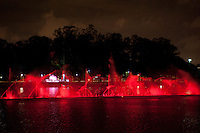 SAO PAULO, SP, 21.10.2014 - Por causa do Outubro Rosa (mês de prevenção do câncer de mama), a fonte do parque do Ibirapuera, é iluminado com luzes rosas, nesta terça-feira, 21 ( Gabriel Soares/ Brazil Photo Press)