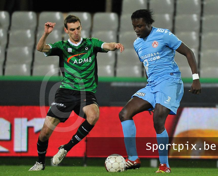 Cercle Brugge - KV Kortrijk : Elimane Coulibaly (rechts) aan de bal voor Gregory Mertens (links)<br /> foto VDB / Bart Vandenbroucke