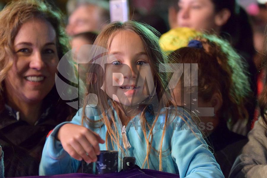 CAMPINAS,SP - 20.07.2016 - RIO-2016 - Público presente, durante a passagem da tocha olímpica, na Praça Arautos da Paz, localizada em Campinas, cidade do interior do estado de São Paulo, na tarde desta quarta-feira, 20. (Foto: Eduardo Carmim/Brazil Photo Press)