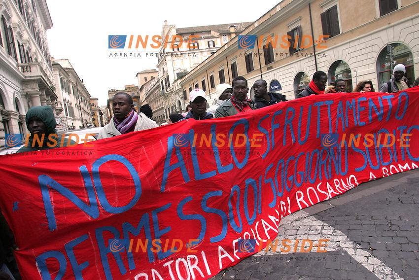 Roma 11/02/2010 Manifestazione di una rappresentanza dei lavoratori di Rosarno davanti alla sede della Provincia per ottenere un permesso di soggiorno e una ricollocazione visto che molti di loro vivono ormai per strada a Roma.<br /> Photo Samantha Zucchi Insidefoto