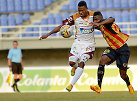 PEREIRA -COLOMBIA-16-11-2014. Michael Balanta (Der) jugador Aguilas Pereira disputa el balón con Jhon Hurtado (Izq) jugador del Deportes Tolima durante partido por la fecha 1 de los cuadrangulares finales de la Liga Postobon II 2014 jugado en el estadio Hernán Ramírez Villegas de Pereira./ Michael Balanta (R) player of Aguilas Pereira vies for the ball with Jhon Hurtado (L) player of Deportes Tolima during match for the first date of the final quadrangular of the  Postobon League II 2014 played at Hernan Ramirez Villegas of Pereira city.  Photo:VizzorImage/ CONT