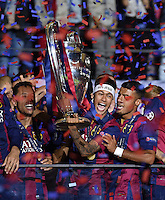 FUSSBALL  CHAMPIONS LEAGUE  FINALE  SAISON 2014/2015   Juventus Turin - FC Barcelona                 06.06.2015 Der FC Barcelona gewinnt die Champions League 2015: Adriano, Neymar und Rafael Alcantara Rafinha (v.l.) jubeln mit dem Pokal