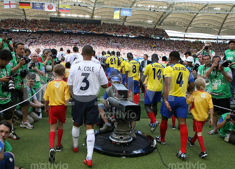 Fussball WM 2006   Achtelfinale   England 1-0 Ecuador Einlauf der Mannschaften in das Gottlieb Daimler Stadion in Stuttagrt