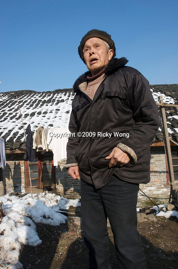 Retird in 1987, Yin Dajian, 77, a former mercury miner since 1950, lives on his monthly retire pension ¥960 with his family of 2 in Zhangjiawan village, Man Shan Special Region in Guizhou. Yin got both pneumoconiosis & mercury poisoning diseases (bad teeth).