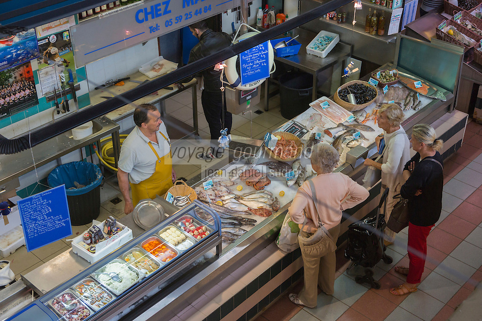 France, Aquitaine, Pyrénées-Atlantiques, Pays Basque, Bayonne: Le Halles de Bayonne, étal poissonnier //  France, Pyrenees Atlantiques, Basque Country, Bayonne: Bayonne Halles, fishmonger stall