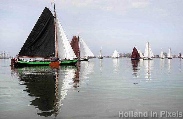 Nederland - Volendam - 2018.  De Pieperrace voor zeilschepen in Volendam. Boten verzamelen zich voor de start. Helemaal links ligt tjalk de Overwinning.    Foto Berlinda van Dam / Hollandse Hoogte