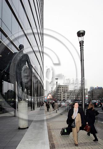 BRUSSELS - BELGIUM - 27 FEBRUARY 2007 -- Traffic and pedestrians on Rue de la Loi infront of the EU Commission LEX building. -- PHOTO: JUHA ROININEN / EUP-IMAGES