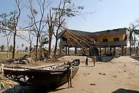 BANGLADESH, cyclone Sidr and high tide destroy villages in Southkhali in District Bagerhat , flood shelter / BANGLADESCH, der Wirbelsturm Zyklon Sidr und eine Sturmflut zerstoeren Doerfer im Kuestengebiet von Southkhali , Flutschutzhaus