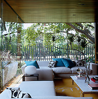 With its glass walls the living room appears to float within the garden