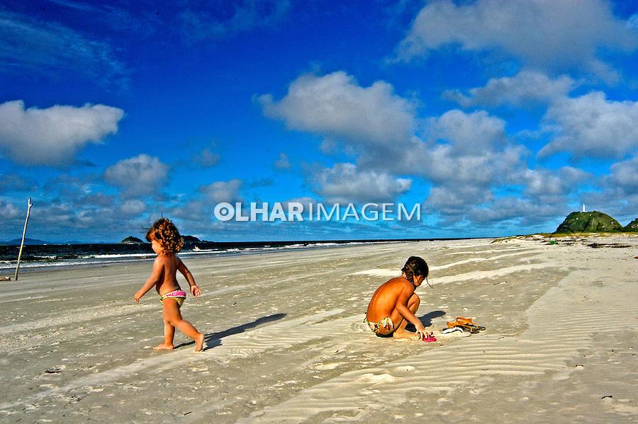 Crianças na praia das Paralelas na Ilha do Mel. Paraná. 2007. Foto de Renata Mello.