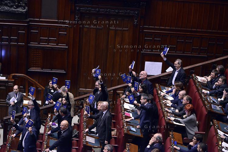 Roma, 10 Marzo 2015<br /> La Camera dei Deputati vota si alle Riforme della Costituzione.<br /> Durante il voto i deputati di Sinistra ecologia Libert&agrave; si alzano in piedi e mostrano la Costituzione