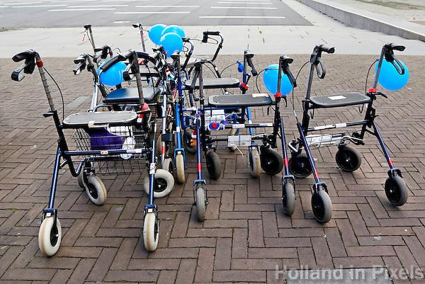 Rollatorloop  in Amsterdam. Rollators staan klaar