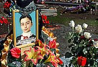 Beslan / Ossezia del Nord / Caucaso. 9/2004<br /> Cimitero delle vittime uccise durante l'attacco terroristico alla Scuola n.1 di Beslan. Durante i combattimenti tra guerriglieri ceceni e truppe speciali dell'esercito russo restarono uccisi 370 bambini con i loro genitori e insegnanti.<br /> Cemetery of the victims killed in the terrorist attack in Beslan School 1. During the fighting between Chechen fighters and special troops of the Russian army were killed 370 children with their parents and teachers. <br /> Photo Livio Senigalliesi