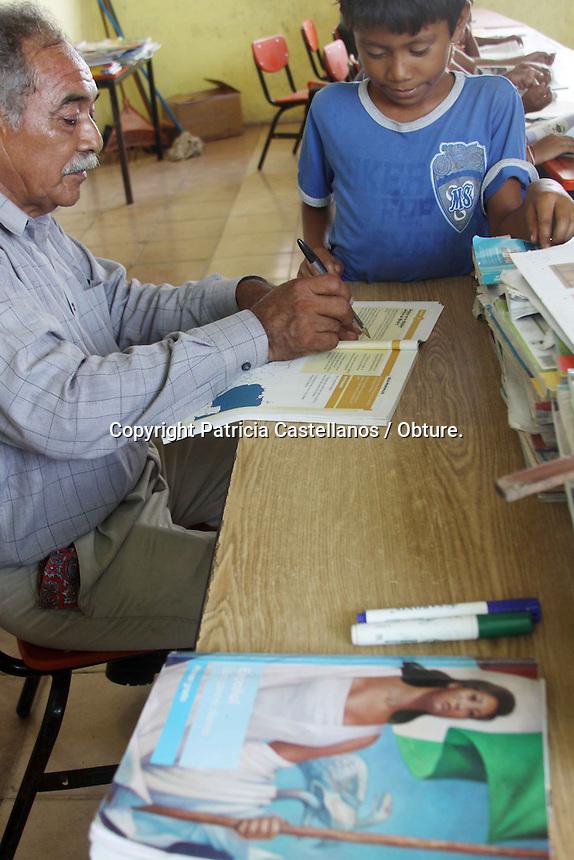 las circunstancias que viven, da muestra de uno de los pocos ejemplos de docentes que de verdad aman su profesi&oacute;n y comparten su sabidur&iacute;a con las nuevas generaci&oacute;n.<br /> <br />  <br /> <br /> Originario de Pijijiapan Chiapas, el profe Baltazar como es conocido en la isla de Cachimbo perteneciente  San Francisco Ixhuat&aacute;n, lleva 13 a&ntilde;os impartiendo clases en la primaria de esta localidad que se encuentra entre los l&iacute;mites de Oaxaca y Chiapas, lugar donde se ha topado con todo tipo de obst&aacute;culos, dentro de ellos las enormes carencias que existen en esta zona debido a su estado de marginaci&oacute;n, pobreza y desamparo por parte del gobierno estatal.<br /> <br />  <br /> <br /> La traves&iacute;a que tiene que realizar este docente es digna de m&eacute;rito, ya que tiene que atravesar en lancha el mar muerto que rodea esta isla, haci&eacute;ndose alrededor de una hora de viaje hasta llegar a su destino, en donde enfrenta diversas carencias, ya que despu&eacute;s del hurac&aacute;n b&aacute;rbara en el 2013, la casa que ocupaba para vivir fue destrozada, por lo que desde ese entonces habita en la direcci&oacute;n escolar.<br /> <br />  <br /> <br /> As&iacute; mismo, a la falta de una plantilla docente completa, ofrece ense&ntilde;anza a ni&ntilde;os de entre 4 y 7 a&ntilde;os en tres grados, compartiendo su oficio con otro profesor m&aacute;s, quien da los dem&aacute;s niveles, en tanto, el maestro tambi&eacute;n funge como director de la primaria desde el 2012 en este lugar.<br /> <br />  <br /> <br /> El profe Baltazar es muy querido no solo por sus alumnos, sino tambi&eacute;n por los habitantes del pueblo, quienes agradecen todos los esfuerzos que ha hecho por instruir a sus hijos por generaciones, ya que el docente ha impulsado el apoyo por parte de las autoridades para que pongan atenci&oacute;n en esta escuela tan alejada de la zona urbana.<br /> <br />  <br /> <br /> En este contexto, el maestro ha aprovechado 