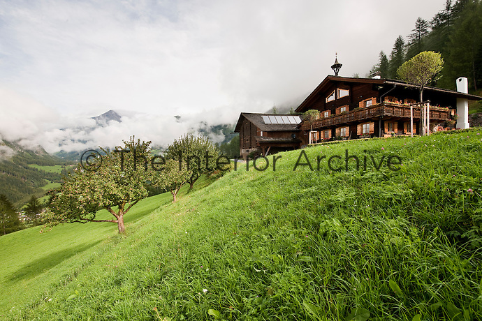 The chalet has an idyllic setting in the mountains with views of the surrounding peaks