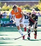 BLOEMENDAAL   - Hockey -  2e wedstrijd halve finale Play Offs heren. Bloemendaal-Amsterdam (2-2) . A'dam wint shoot outs. Floris Wortelboer (Bldaal) in duel met Tijn Lissone (A'dam) . COPYRIGHT KOEN SUYK