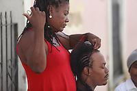 SALVADOR, BA, 23.05.2015 - TRANCADEIRA-BA - Imagem de arquivo de Trançadeira faz penteado afro em um homem no Pelourinho, Centro Histórico de Salvador (BA).  (Foto: Joá Souza / Brazil Photo Press).