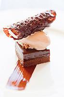 Europe/France/Bretagne/22/Côtes d'Armor/ Plérin-sous-la-Tour: Ganache Chocolat Blé noir, Cacahuètes caramélisées, Glace Caramel de beurre salé,  recette de  Nicolas Adam Restaurant: La Vieille Tour