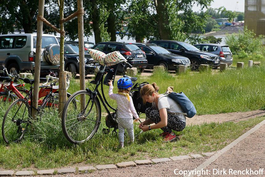 Radfahrer auf der Entenwerder Halbinsel in Rotheburgsort, Hamburg, Deutschland<br /> Cyclist on Entenwerder peninsula in Rotheburgsort, Hamburg, Germany