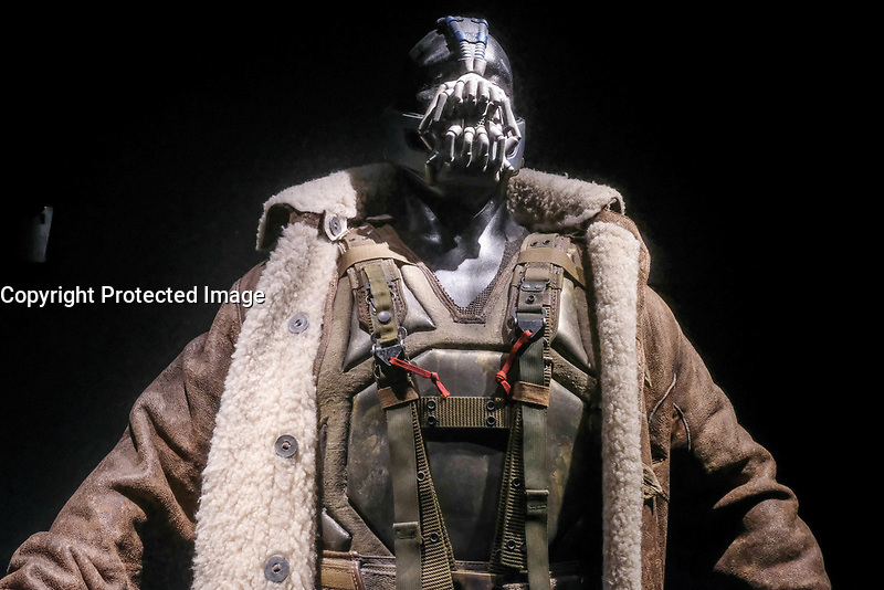 BANE, COSTUME PORTE PAR TOM HARDY, THE DARK KNIGHT RISE, 2012 - EXPOSITION DC COMICS 'L'AUBE DES SUPER-HEROS' A ART LUDIQUE-LE MUSEE, PARIS, FRANCE, LE 31/03/2017.