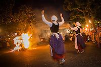 France, Pyrénées-Atlantiques (64), Pays-Basque, Saint-Jean-de-Luz , durant les Fête de la Saint-Jean, Feu de la Saint-Jean et Groupe folklorique// France, Pyrenees Atlantiques, Basque Country, Saint Jean de Luz, during  St John's Eve, Saint John's Fire, and Folkloric Group