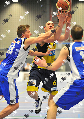 2013-03-10 / basketbal / seizoen 2012-2013 / BBC Geel - BBC Houthalen B / Bert Josten (m) (Geel) in duel met Glen Campts (l) (Houthalen)