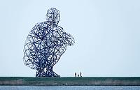Nederland Lelystad-  Januari 2018.  Kunstwerk Hurkende Man bij kust onthuld<br /> Lelystad 17 september 2010<br /> 0917N_Hurkende_Man_00000CRB.flv<br />  <br /> Op de strekdam bij de Houtribsluizen in Lelystad is het kunstwerk Exposure onthuld. De sculptuur van de Britse kunstenaar Antony Gormley stelt een hurkende man voor. De metalen structuur van 26 meter hoog bestaat uit 5.000 onderdelen die door 14.000 bouten met elkaar zijn verbonden. Aan Exposure is de afgelopen vijf jaar gebouwd in het Schotse Trenant.   Foto Berlinda van Dam / Hollandse Hoogte