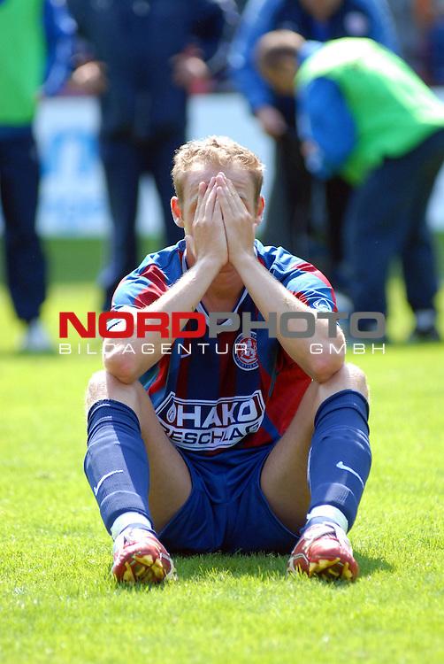 RLN  06 / 07-  38.Spieltag - Rueckrunde<br /> Wuppertaler SV Borussia -  Kickers Emden  2 : 4<br /> <br /> Entaeuschung bei den Spielern vom Wuppertaler SV Borussia nach dem Abpfiff.Hier will Michael Lejan nichts mehr sehen.<br /> <br /> Foto &copy; nordphoto