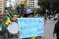 SAO PAULO, SP,26 de junho 2013-Manifestantes carregam várias faixas pedindo a aprovação da CPI dos Transportes pela Câmara de São Paulo.   ADRIANO LIMA / BRAZIL PHOTO PRESS).