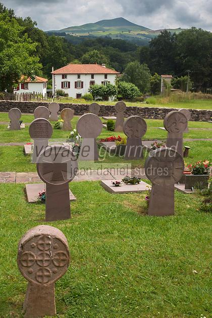 France, Pyrénées-Atlantiques (64), Pays-Basque, Itxassou: Le cimetière qui entoure l'église est riche en stèles discoïdales  // France, Pyrenees Atlantiques, Basque Country,  Itxassou: cemetery discoid stela